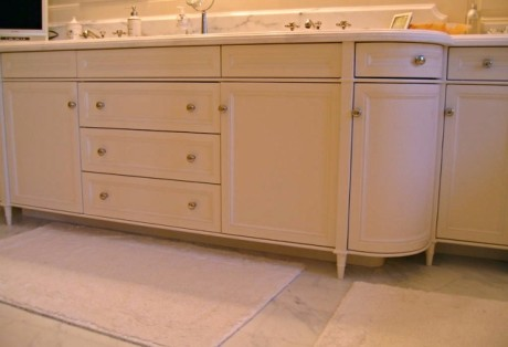 White Curved Vanity with Decorative Feet